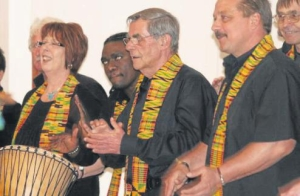 Der Patriot - 2012-05-10 Eine Heilig-Geist-Party Die Sängerinnen und Sänger des Lipperoder Gospelchores Masithi sangen in St. Pius.  Foto:Heier